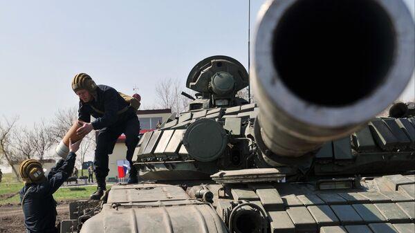 Экипаж танка Т-72 Б1 150-й мотострелковой дивизии производят заряжение снарядов перед началом учебных стрельб на полигоне Кадамовский в Ростовской области
