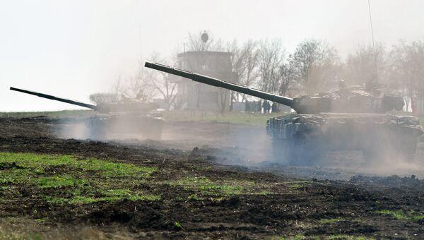 Танк Т-72 Б1 150-й мотострелковой дивизии во время учебных стрельб на полигоне Кадамовский в Ростовской области