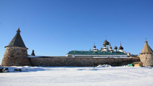 Богатырские башни и луковицы соборов монастыря в Соловецком поселке. Архивное фото