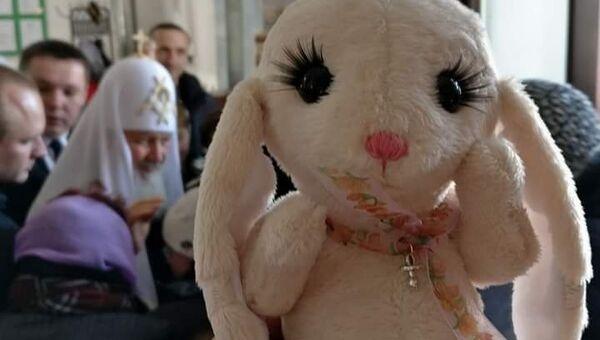 Жители Бутово подарили патриарху кролика на Пасху