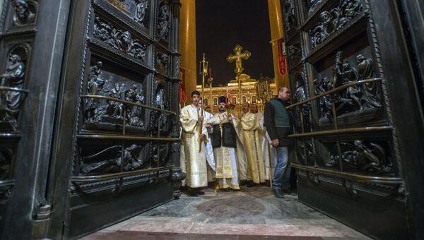 Священнослужители на пасхальном богослужении в Исаакиевском соборе в Санкт-Петербурге