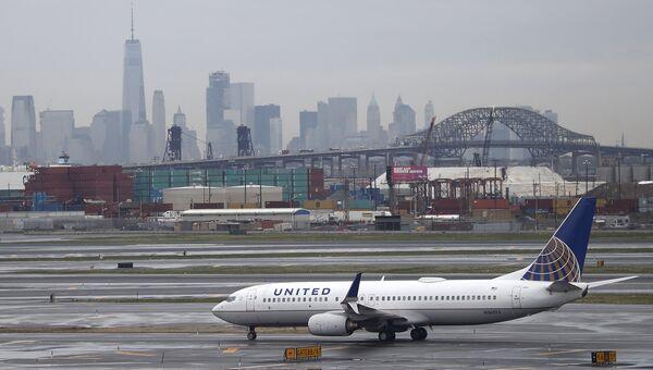 Самолет авиакомпании United Airlines в эропорту Нью-Арка, США. Архивное фото