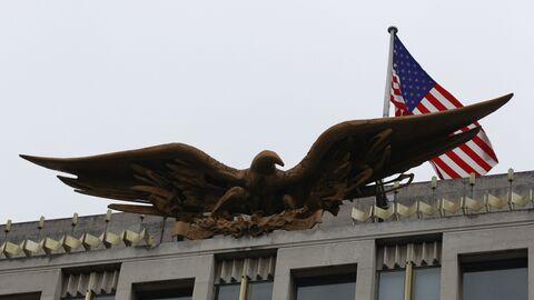 Флаг США над зданием американского посольства в Лондоне