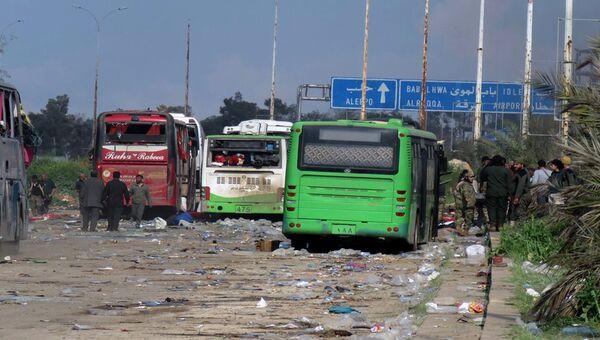 Поврежденные в результате теракта автобусы в районе Алеппо. 15 апреля 2017