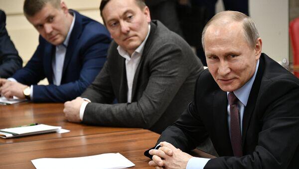 Президент РФ Владимир Путин на встрече с представителями потребительских и деловых общественных организаций Новгородской области. Великий Новгород, 18 апреля 2017