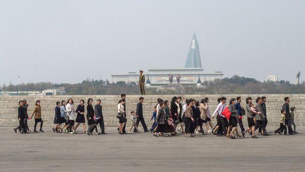 Жители на одной из улиц в Пхеньяне. Архивное фото