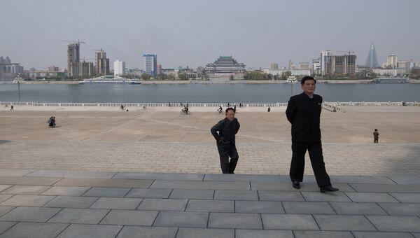 Мужчины на набережной реки Тэдонган в Пхеньяне. Архивное фото