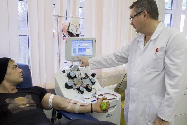 Забор крови с помощью аферезной (разделительной) аппаратуры