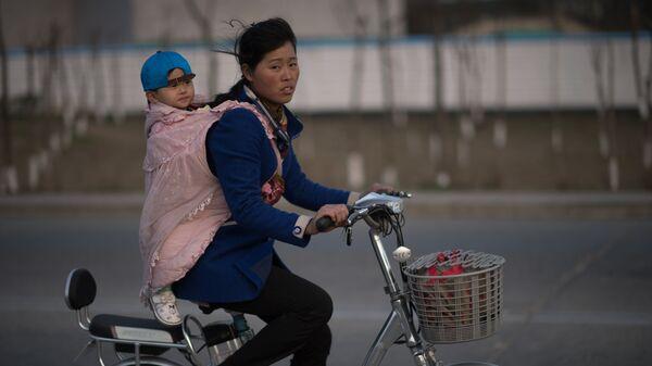 Жители города на улице Пхеньяна