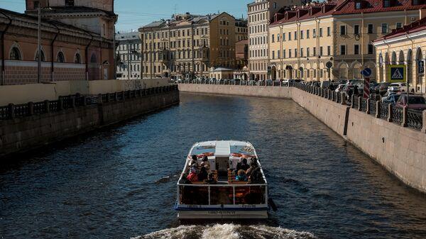 Прогулочное судно на реке Мойка в Санкт-Петербурге