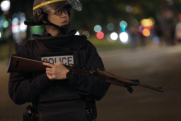 Сотрудник полиции стоит в оцеплении на месте перестрелки в Париже. Один полицейский погиб, еще один ранен при перестрелке в районе Елисейских полей в Париже
