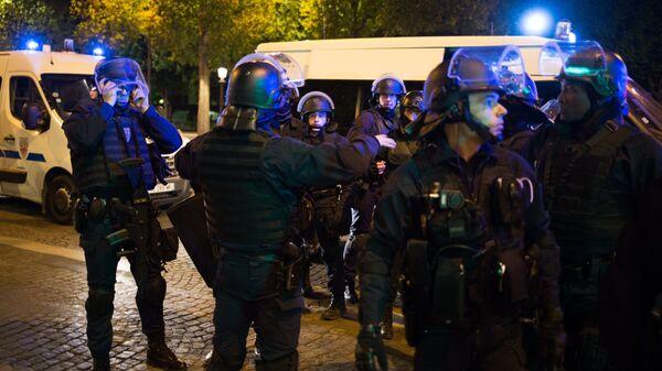 Сотрудники полиции неподалеку от места перестрелки в Париже. Один полицейский погиб, еще один ранен при перестрелке в районе Елисейских полей в Париже