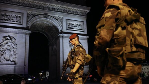 Военнослужащие войск национальной системы Франции тревожного оповещения об уровне террористической угрозы Вижипират (Vigipirate) патрулируют район неподалеку от места перестрелки в Париже