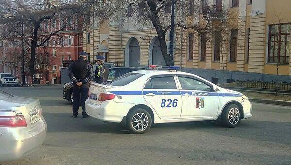 Сотрудники правоохранительных органов на месте нападения на приемную ФСБ в Хабаровске. Архивное фото
