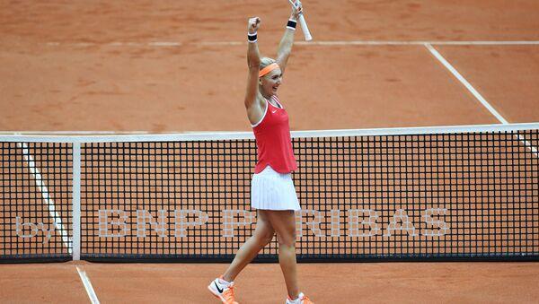 Елена Веснина (Россия) радуется победе в матче Кубка Федерации по теннису против Элисон Ван Эйтванк (Бельгия).