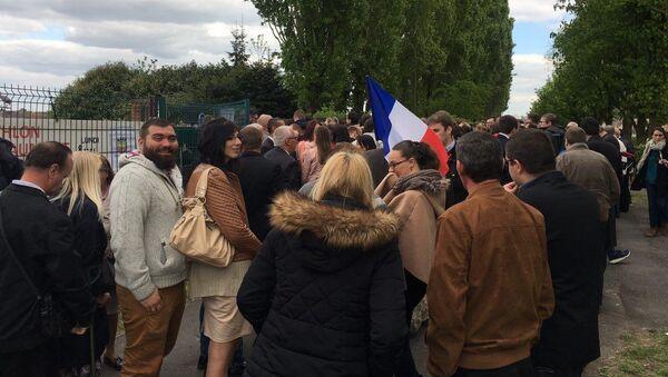Выборы во Франции. Сторонники Ле Пен и журналисты собрались около ее штаба