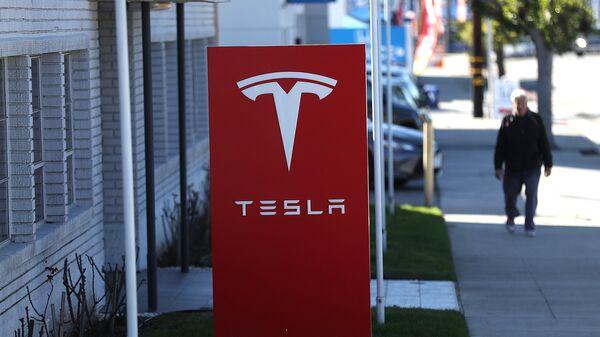Вывеска автомобильного концерна Tesla. Архивное фото