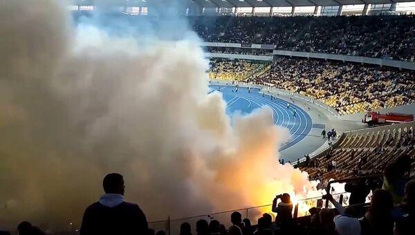 Хулиганы бросали в толпу горящие файеры на матче Динамо - Шахтер