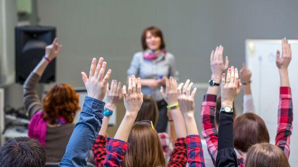 Преподаватель и учащиеся. Архивное фото
