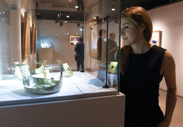 Посетительница на выставке топ-лотов произведений русского искусства в преддверии аукциона, который состоится в Лондоне 5 июня