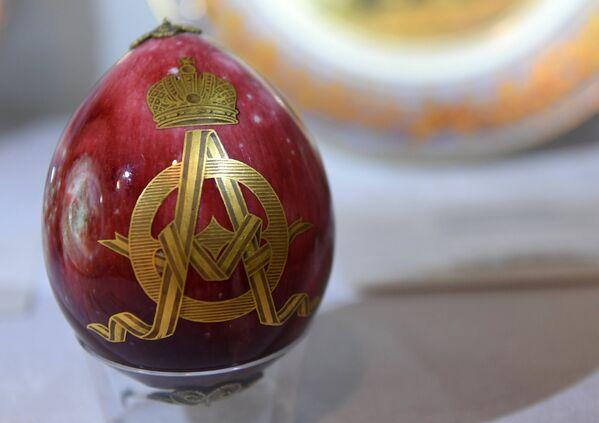 Фарфоровое пасхальное яйцо на выставке топ-лотов произведений русского искусства в преддверии аукциона, который состоится в Лондоне 5 июня