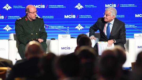 Министр обороны Пакистана Хаваджа Мухаммад Асиф (справа) и министр обороны Ирана Хоссейн Дехган на VI Московской конференции по международной безопасности. 26 апреля 2017