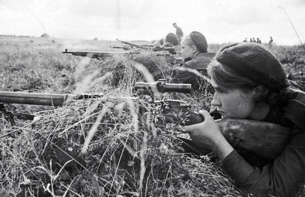 Девушка-снайпер Люба Макарова на слете снайперов 3-ей ударной армии Калининского фронта в годы Великой Отечественной войны