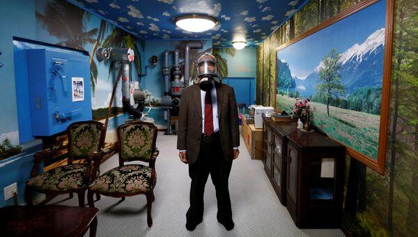 Глава японской строительной компании Shelter Сэйитиро Нишимото в противогазе в ядерном бункере в своем доме в Осаке