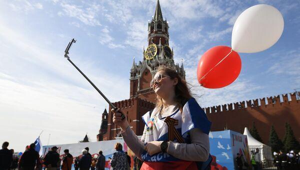 Участница первомайской демонстрации на Красной площади в Москве. Архивное фото