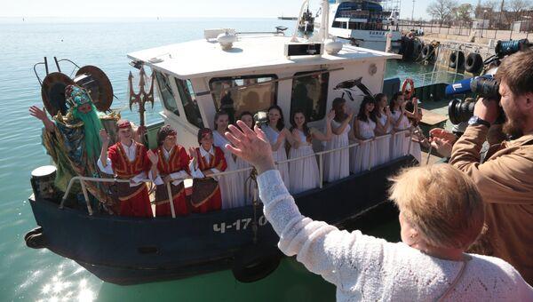 Участники театрализованного представления приплыли на открытие нового курортного сезона в Евпатории