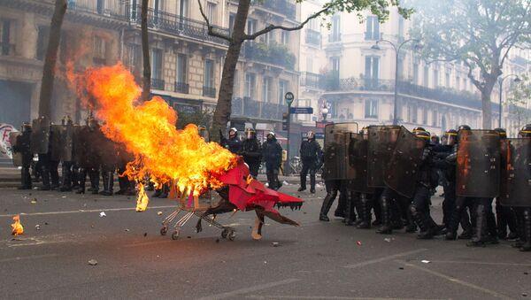 Полиция применила слезоточивый газ на первомайской демонстрации в Париже