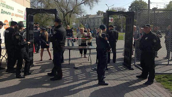 Сотрудники правоохранительных органов Украины у входа на территорию Куликового поля в Одессе. 2 мая 2017