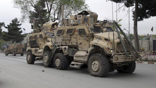 Поврежденная военная техника на месте взрыва в районе американского посольства в Кабуле, Афганистан. 3 мая 2017
