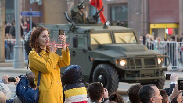 Девушка во время прохода военной техники по Тверской улице перед репетицией парада Победы на Красной площади