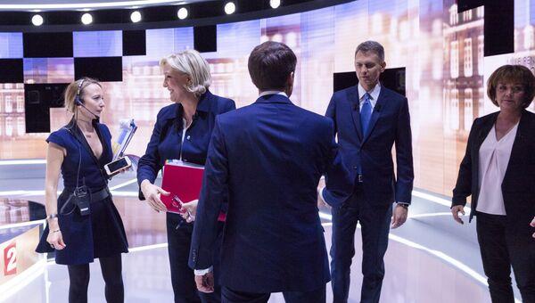 Кандидаты в президенты Франции Эммануэль Макрон и Марин Ле Пен перед теледебатами. Архивное фото