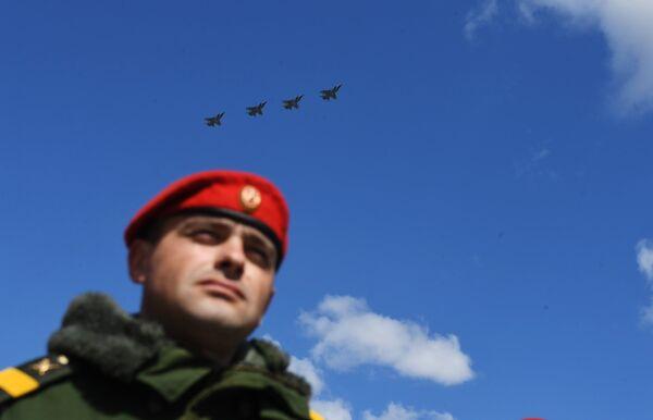 Истребители-перехватчики МиГ-31 пролетают над Красной площадью во время репетиции воздушной части парада Победы