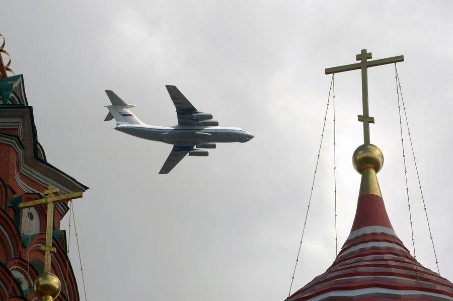 Самолет Ил-76 пролетает над Красной площадью во время репетиции воздушной части Парада Победы