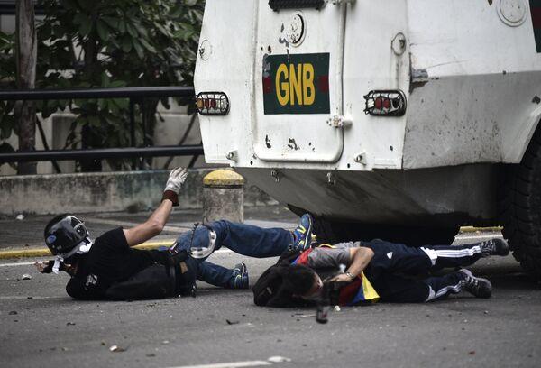 Оппозиционные активисты во время протеста против президента Венесуэлы Николаса Мадуро в Каракасе. Венесуэла, 3 мая 2017