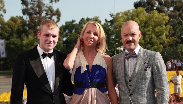 Федор и Светлана Бондарчук с сыном Сергеем перед церемонией закрытия XXI Открытого российского кинофестиваля Кинотавр в Сочи