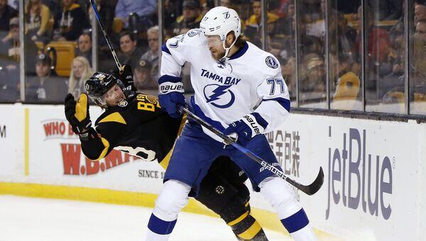 Хоккеист Виктор Хедман из Тампа-Бэй Лайтнинг и Давид Пастрняк из Бостон Брюинз на матче НХЛ в Бостоне