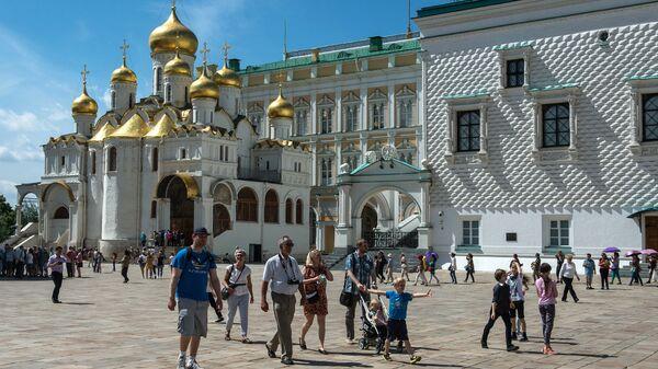 Туристы на Соборной площади Московского Кремля. Архивное фото