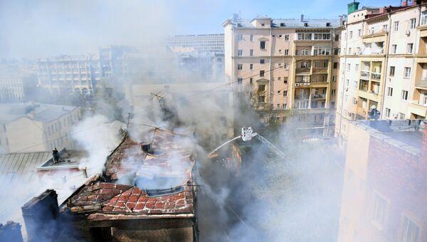Ликвидация пожара в здании старой постройки в Лубянском проезде в центре Москвы. 5 мая 2017