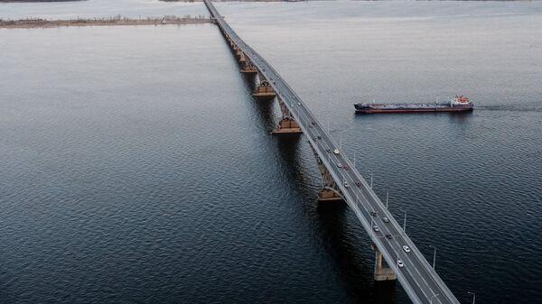 Вид на автомобильный мост, соединяющий Саратов и Энгельс