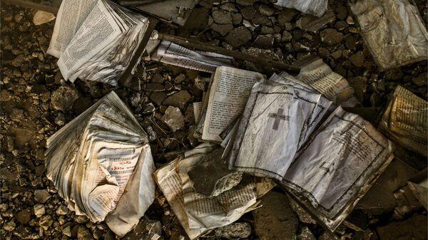 Сожженные боевиками ИГ (организация запрещена в РФ) древние христианские книги в храме Святого Георгия в провинции Эль-Хасаке на северо-востоке Сирии.