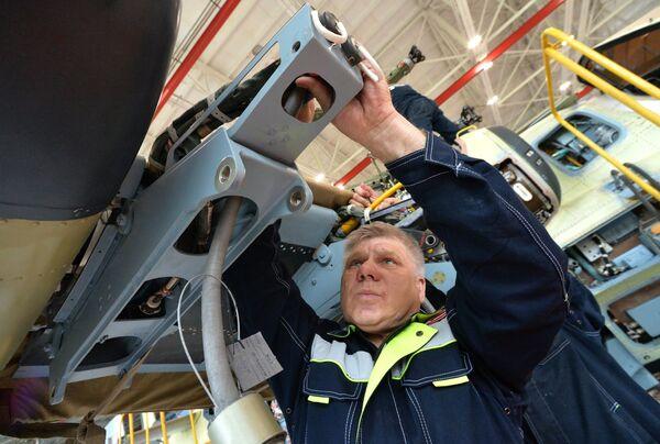 Рабочий в цехе сборки вертолетов Ка-52 Аллигатор на авиационном заводе Прогресс в Приморском крае