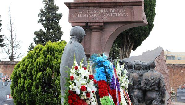 Возложение венков к памятнику советским добровольцам, воевавшим в годы Гражданской войны в Испании, на кладбище Фуэнкарраль в Мадриде. 5 мая 2017