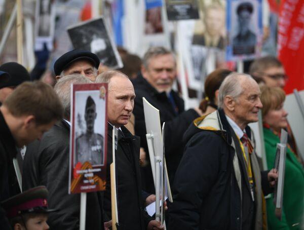 Президент РФ Владимир Путин принимает участие в шествии патриотической акции Бессмертный полк в честь 72-й годовщины Победы в Великой Отечественной войне 1941-1945 годов