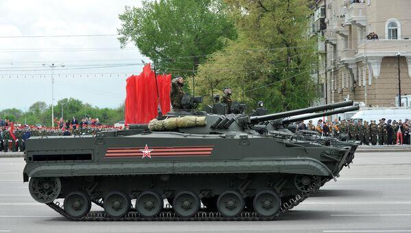 Боевая машина пехоты БМП-3 во время военного парада в Ростове-на-Дону