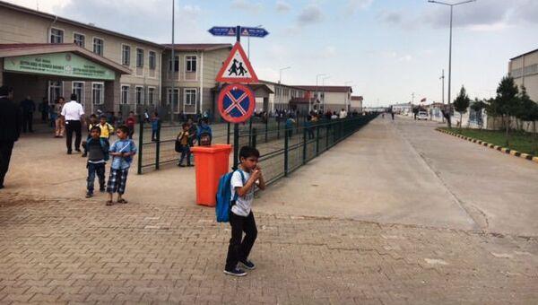 Вход в одну из школ на территории лагеря для беженцев в Килисе