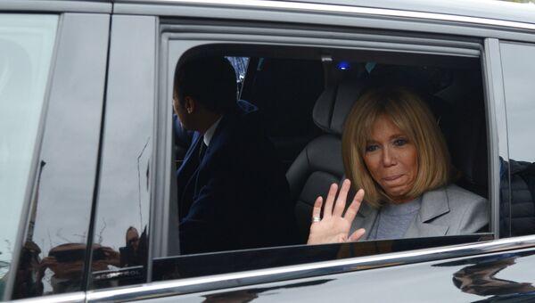Супруга Эммануэля Макрона Брижит во время первого тура президентских выборов во Франции